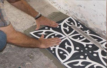 Ajuster le carreau ciment avec la paume de la main.