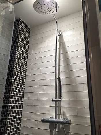 Mur de douche avec carreaux Mayolica