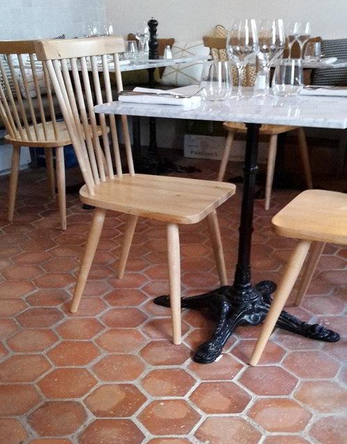 Tomettes hexagonales 15x15cm dans un restaurant